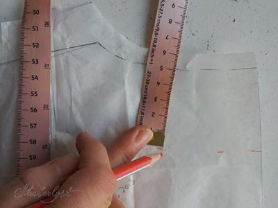 Tegn belægningen ind på ryggen. Den skal være lige så bred som forstykkets belægning er ved skulderen. 4-5cm plejer at være flot.