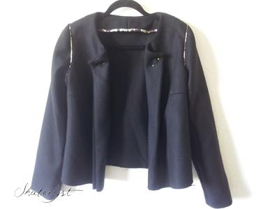 Næsten færdig jakke - den har fået belægninger i stedet for rå kanter pga. stoffet.