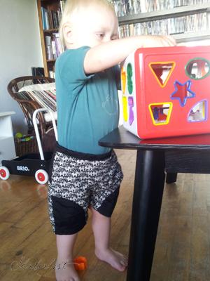 I får også lige et billede af knægten i sine fine nye shorts. Han er ikke en nem model!