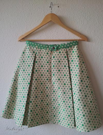 Bagstykket minder om forstykket, bortset fra, at der også er en usynlig lynlås + knaplukning i linningen.