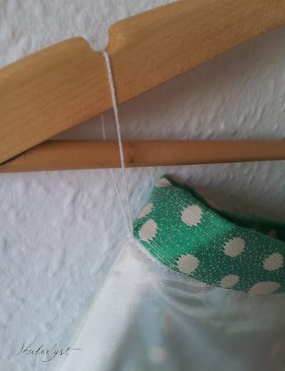I taljen har jeg lavet stropper af lange trådtrenser. De fylder næsten ingenting, så de generer ikke, men er alligevel stærke nok, til at holde nederdelen på bøjlen. Hvis ellers de er hæftet ordentligt fast.