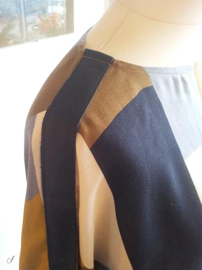 Detalje på blusen. Jeg har pyntet den med læderbånd på skuldrene/ærmerne. Der er ingen skuldersømme - bluse og ærme er syet ud i et. Jeg synes skindet giver en god rå detalje som er en rar kontrast til det meget bløde viscose.
