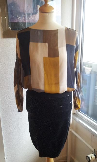 Bluse i viscose fra Prada købt i Stof 2000. Mønsteret er lavet efter en speciel konstruktions teknik, hvor der er en løs pasform og ikke ret mange sømme i tøjet. Sammen med paillet nederdelen bliver den mit nytårs outfit.