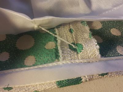 I nederdele med meget stor bundvidde kan man hæfte foret fast med en trådtrense.