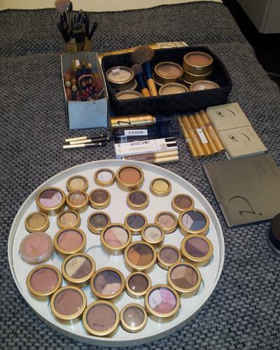 Se lige hvor mange farver man kan vælge mellem, når man får en prof til at stå for makeuppen!